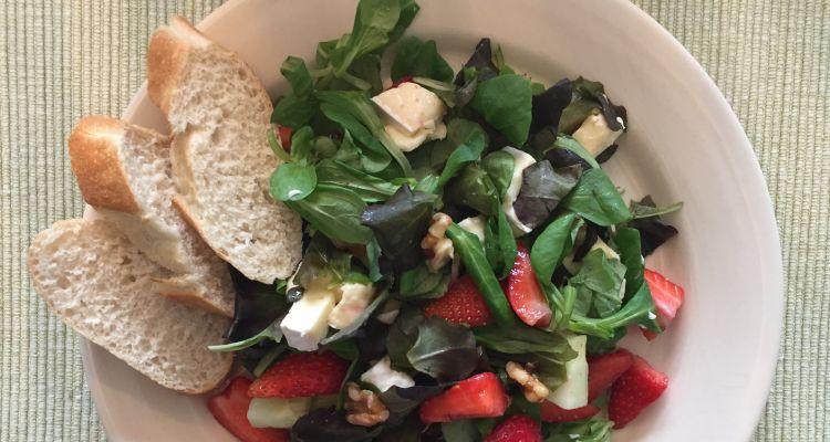 Salade met brie en aardbeien